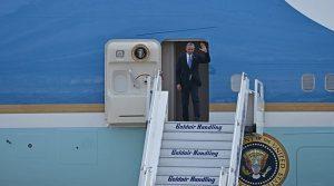 Υποδοχή του Μπαράκ Ομπάμα από τον Υπουργό Άμυνας.