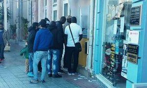 Μετανάστες κάνουν ανάληψη με κάρτες και σύντομα θα παίρνουν και επίδομα.