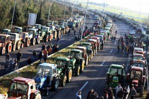 Στην κυκλοφορία η εθνική Λάρισας-Κοζάνης. Στην Αθήνα ετοιμάζονται να κατέβουν οι αγρότες.
