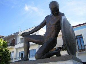 Βεβήλωσαν ξανά το άγαλμα του Σπαρτιάτη πολεμιστή στην κεντρική πλατεία Σπάρτης.