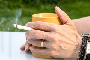 Όσο πιο παχύς είναι κανείς, τόσο πιθανότερο είναι να καπνίζει (και πιο πολλά τσιγάρα)