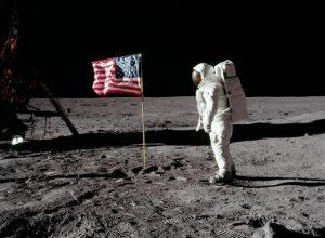 """Σαν σήμερα 21 Ιουλίου – ο Νιλ Άρμστρονγκ είναι πρώτος άνθρωπος που πατάει στη Σελήνη και λέει τη φράση που θα μείνει στην ιστορία: """"ένα μικρό βήμα για τον άνθρωπο, ένα μεγάλο άλμα για την ανθρωπότητα»"""