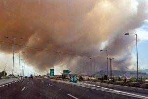 Μεγάλη πυρκαγιά στην Αττική , διεκόπησαν τα δρομολόγια του Προαστιακού.