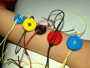 Diy! βραχιόλια από κουμπιά για κορίτσια (και όχι μόνο)!