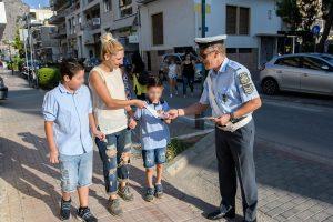 Ενημερωτικά φυλλάδια τροχαίας διανεμήθηκαν από αστυνομικούς σε γονείς και μαθητές δημοτικών σχολείων στην Περιφέρεια Πελοποννήσου.