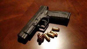 Αστυνομικός διευκόλυνε την έξοδο μεταναστών από τη χώρα παραβιάζοντας τη νομοθεσία περί όπλων