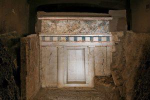 Σαν σήμερα 8 Νοεμβρίου: Έλληνας αρχαιολόγος ανακαλύπτει τον τάφο του Φιλίππου Β΄ της Μακεδονίας στη Βεργίνα