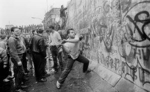 Σαν σήμερα 10 Νοεμβρίου: χιλιάδες πολίτες αρχίζουν σιγά-σιγά να γκρεμίζουν το Τείχος του Βερολίνου