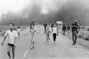 «Το κορίτσι της βόμβας ναπάλμ» – η φωτογραφία που άλλαξε την αντίληψη των ανθρώπων για τον πόλεμο