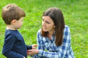Πώς να μιλήσετε στα παιδιά σας για τον κίνδυνο του ξένου