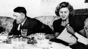 Σαν σήμερα 30 Απριλίου: ο Αδόλφος Χίτλερ και η Εύα Μπράουν αυτοκτονούν με δηλητήριο