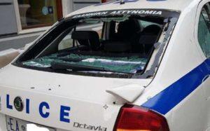 Επίθεση σε περιπολικό από 10 άτομα στο Πειραιά