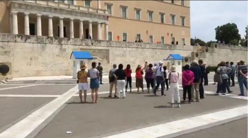 Κατάφεραν και πέταξαν μπογιές στο  κτίριο της Ελληνικής Βουλής