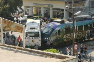 Σύγκρουση συρμού του προαστιακού με λεωφορείο στην Λιοσίων
