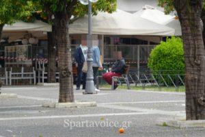 Παρά την απαγόρευση βγήκαν βόλτα στην πλατεία Σπάρτης