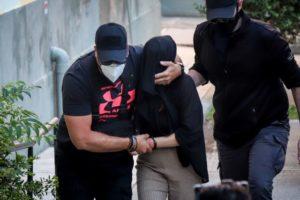 Η ανακοίνωση της ΕΛ.ΑΣ για την σύλληψη της 35χρονης για την επίθεση με καυστικό υγρό