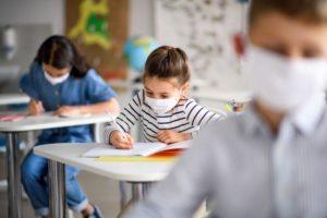 Μόνο στην Ελλάδα επιβάλλεται η χρήση μάσκας σε μικρά παιδιά