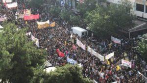 Κορονοϊό κολλάς μόνο στις Εθνικές Εορτές και όχι στις συγκεντρώσεις πολιτικών