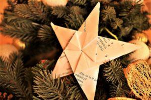 «Λαμπερά, χάρτινα χριστουγεννιάτικα στολίδια» – Διαδικτυακό εικαστικό εργαστήρι από το ΠΙΟΠ
