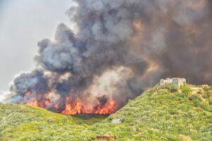 Μαίνεται η πυρκαγιά στην Μάνη Λακωνίας